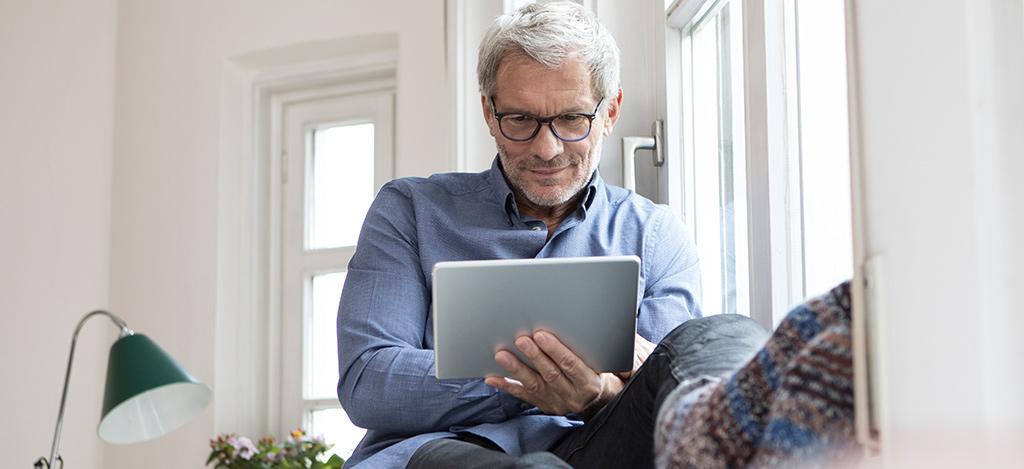 Hombre mirando una tableta